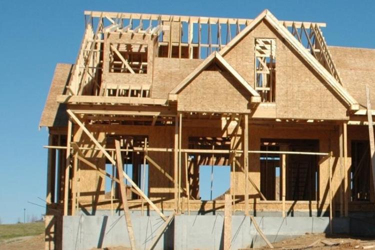 firma budowlana stawia dom dla klienta
